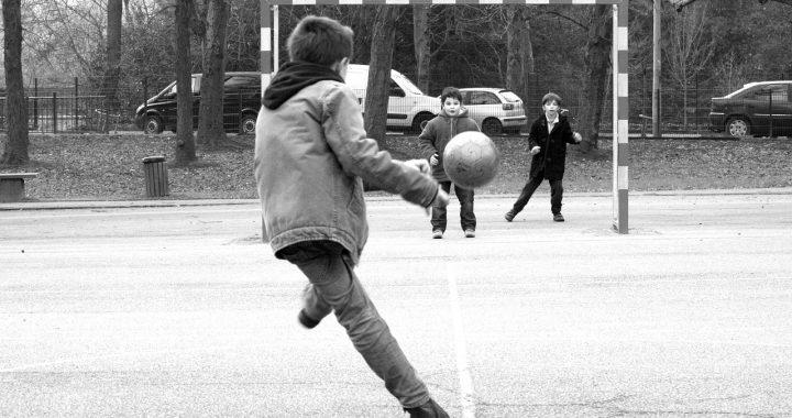 3 kleine jongetjes aan het voetballen